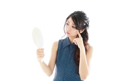 鏡で口元をチェック