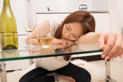 酔い潰れる女性